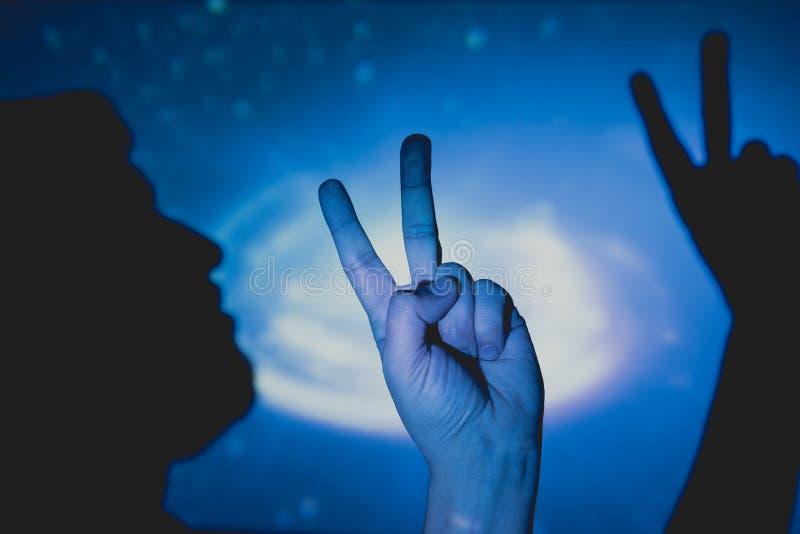 La main de l'homme faisant le symbole de la victoire et de la paix photo stock
