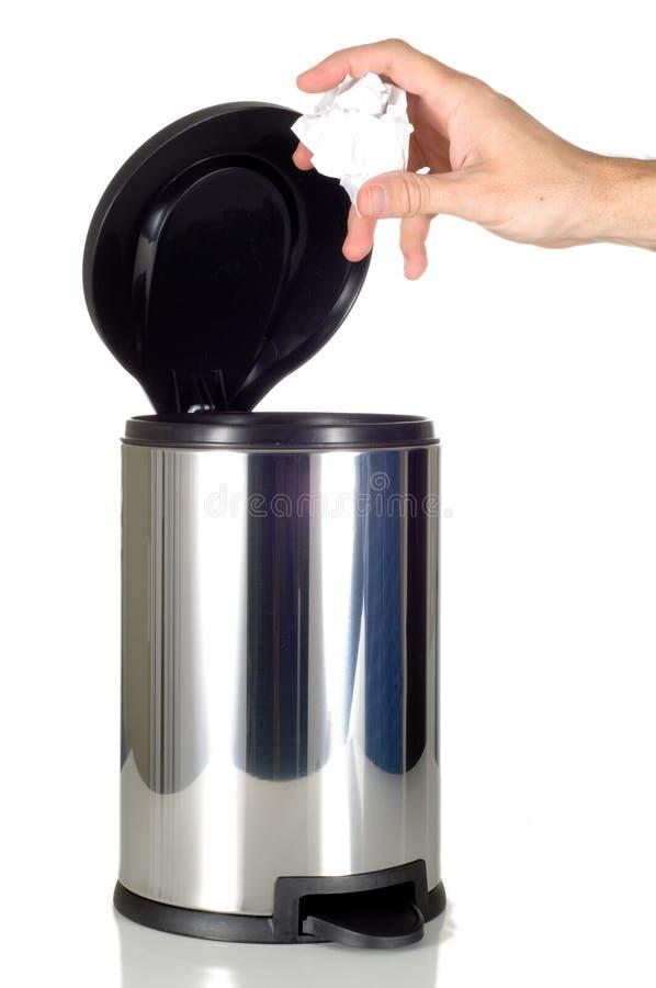 La main de l'homme rejetant le détritus dans la poubelle d'acier inoxydable photos stock