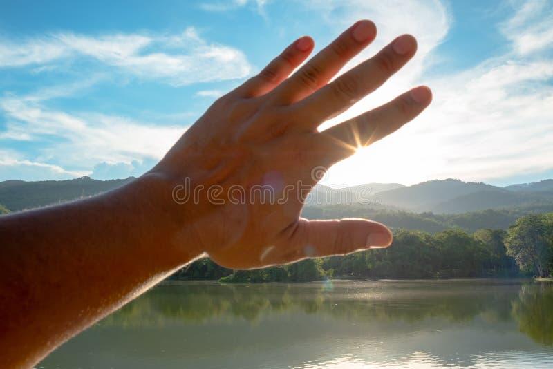 La main de l'homme de silhouette photo libre de droits