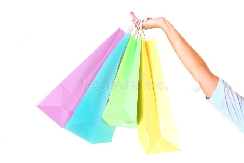 La main de la femelle retenant les sacs à provisions colorés images stock