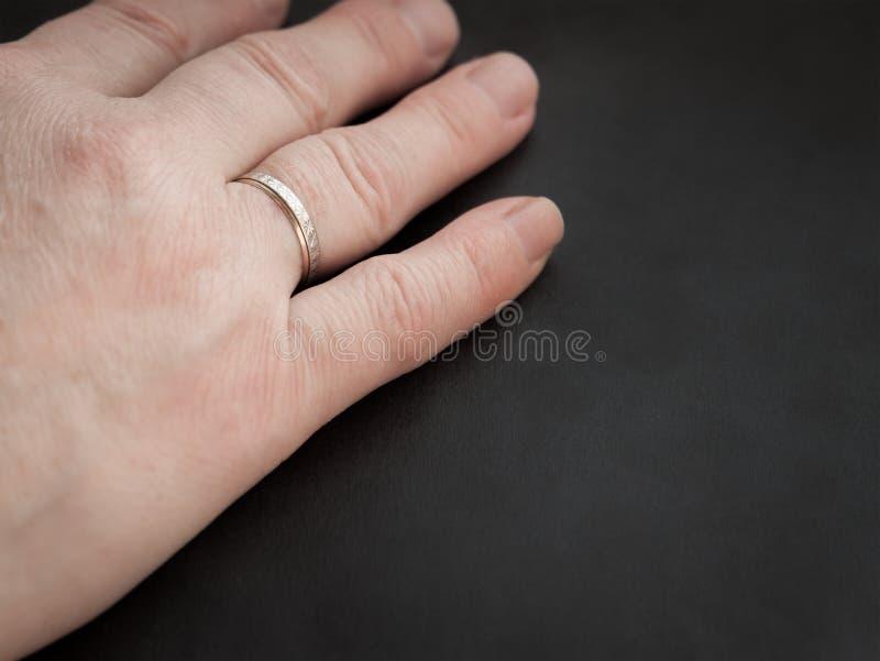 La main de la femme avec l'anneau. photo libre de droits