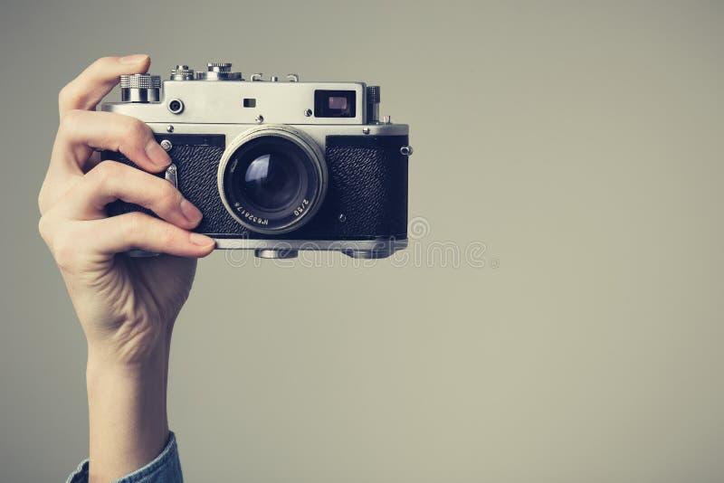 La main de la femme avec le rétro appareil-photo Regard de vintage photographie stock