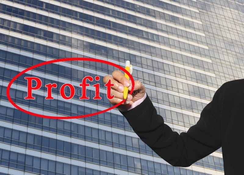 la main de la femme d'affaires employant le stylo jaune écrivent le texte de bénéfice sur Gla photos libres de droits