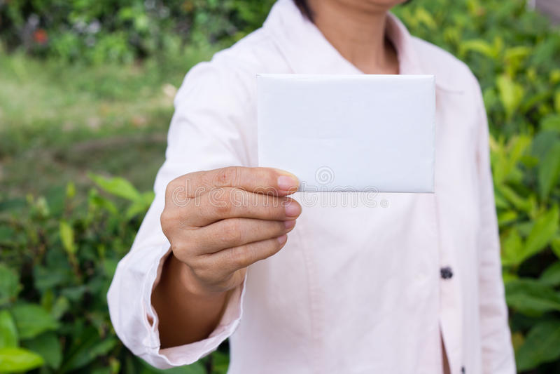 La main de la femme montrant l'enveloppe image libre de droits