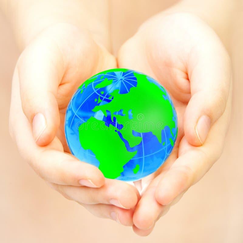 La main de la personne retient le globe photographie stock