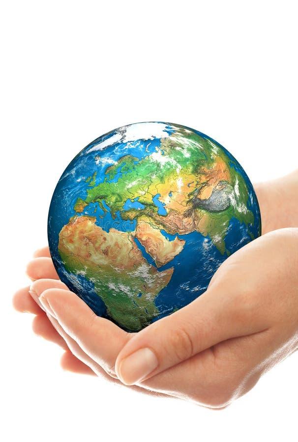 La main de la personne tient le globe. image stock