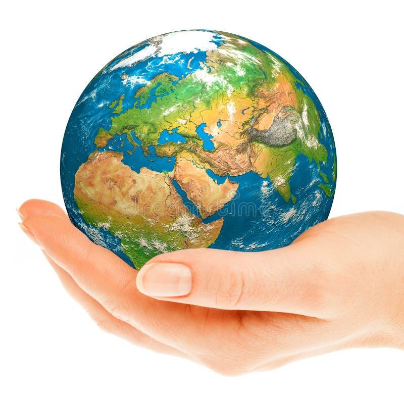 La main de la personne tient le globe. photo stock