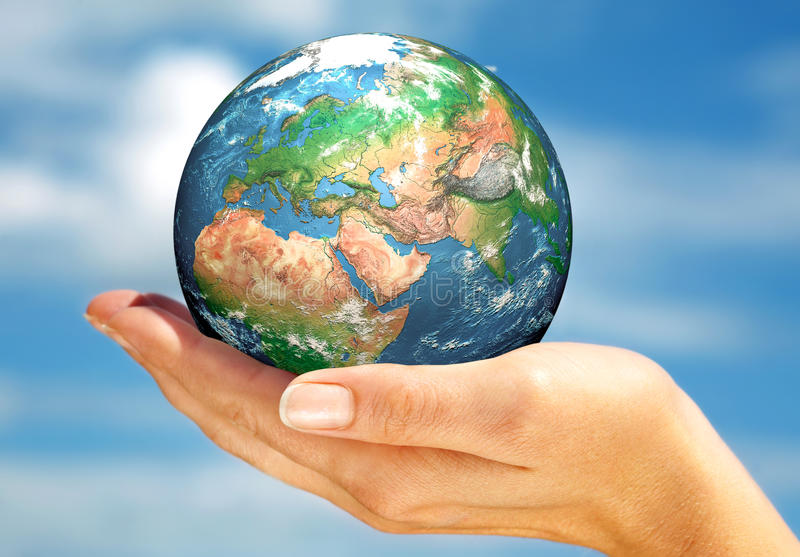 La main de la personne tient le globe. photographie stock