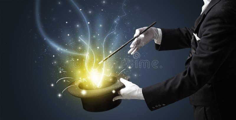 La main de magicien créent le miracle du cylindre image libre de droits