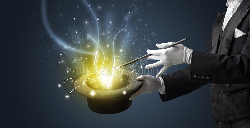 La main de magicien cr?ent le miracle du cylindre image libre de droits