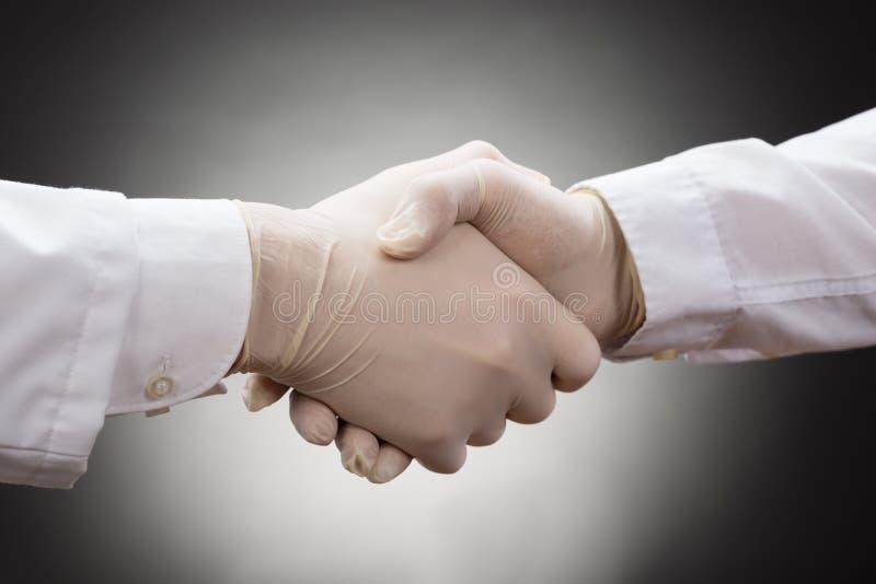 La main de secousse de deux docteurs photo libre de droits