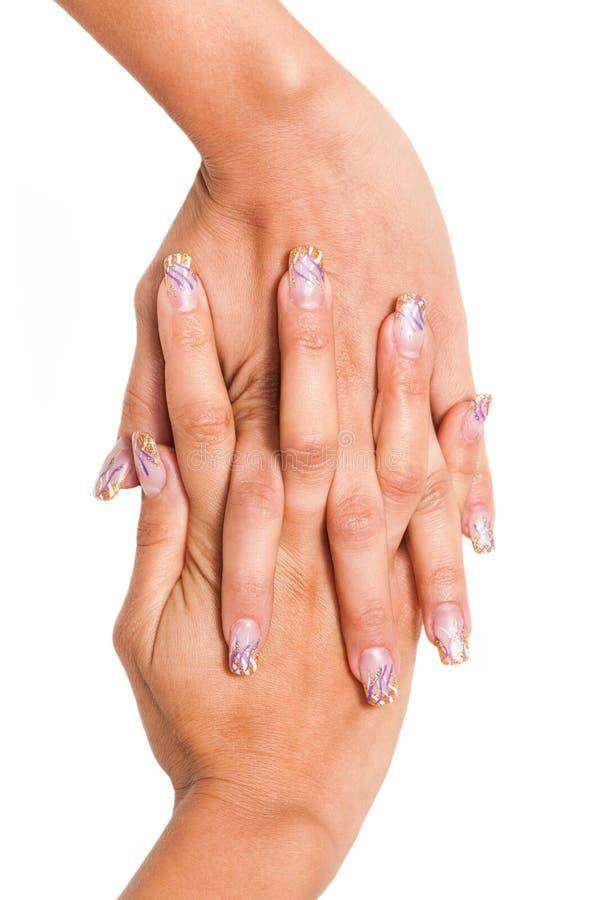 La main des femmes avec les clous peints images stock