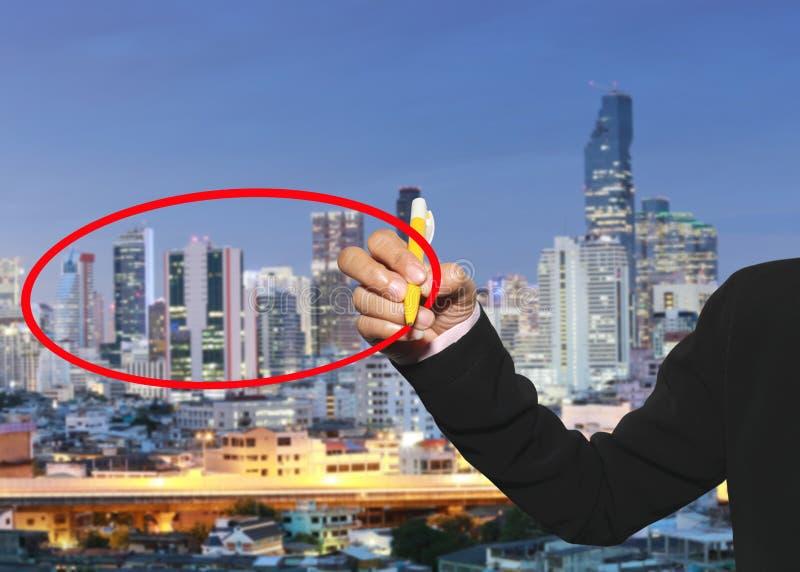 la main des femmes des affaires emploient un stylo écrivent le cercle rouge pour vous entrer photo libre de droits