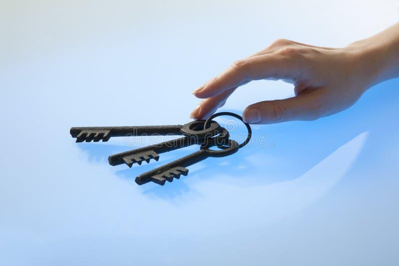 La main du femme avec de rétro clés photos libres de droits