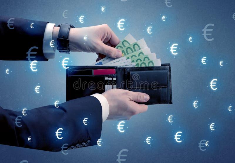 La main du ` s d'homme d'affaires sort l'euro d'un portefeuille images libres de droits