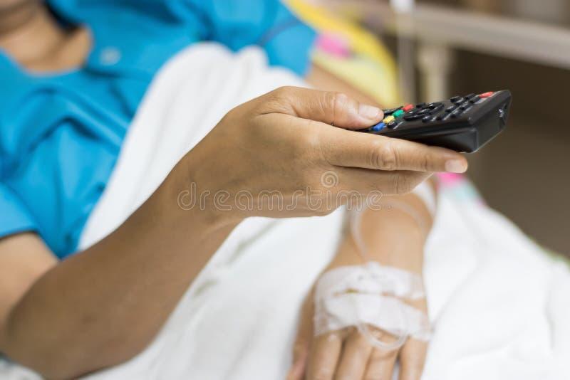 La main du ` s de femme d'hospitalisé sont utilisation à télécommande pour photos stock
