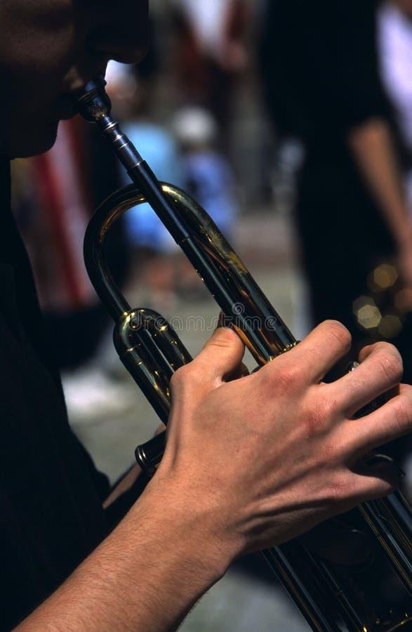 La main du trompettiste photo libre de droits