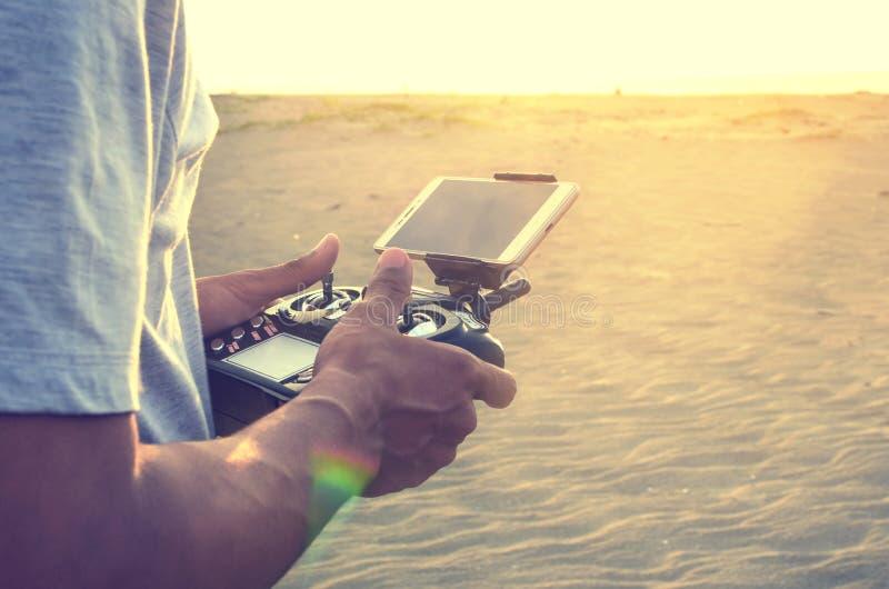 La main emploie un bourdon à télécommande photo libre de droits