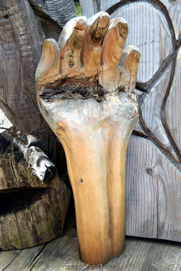 La main en bois aiment le sculpure dans Cadore en montagnes de Dolomity, Italie images stock