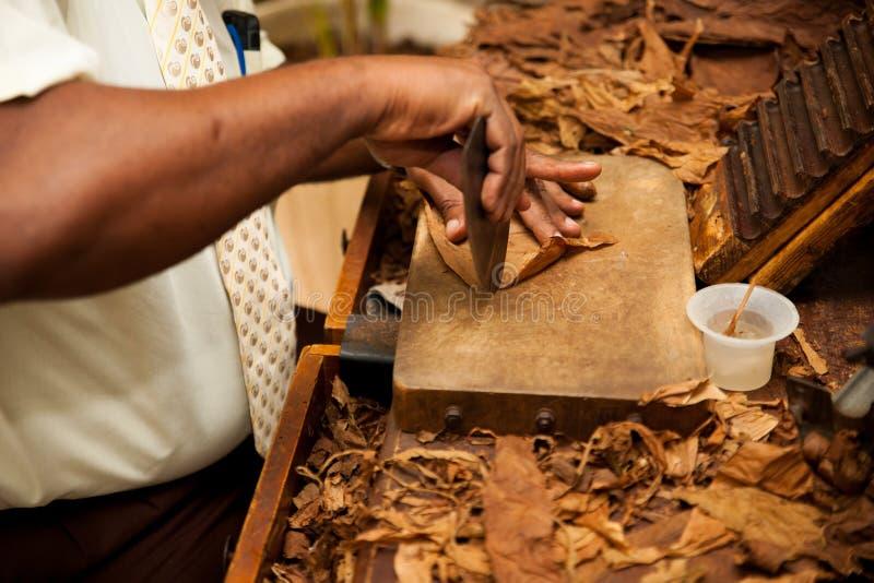 La main faisant des cigares à partir du tabac part, produit traditionnel de C image libre de droits