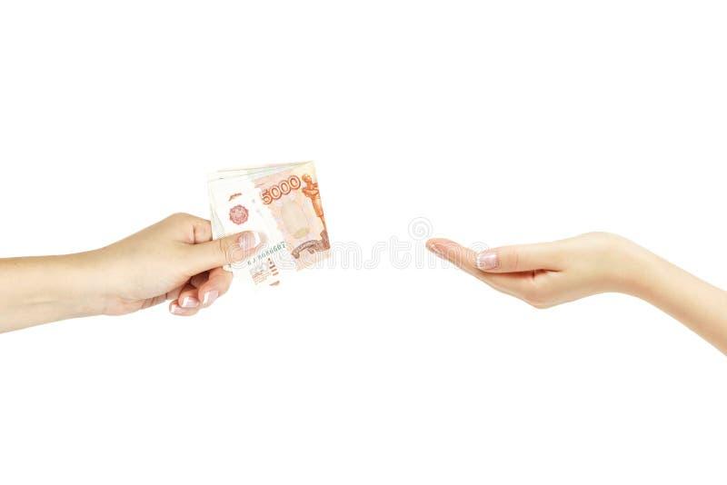 La main femelle donne à paquet d'argent une autre main sur le fond blanc image libre de droits