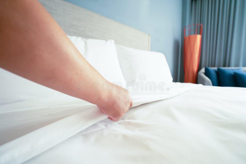 La main femelle a install? le drap blanc dans l'h?tel de la chambre images libres de droits