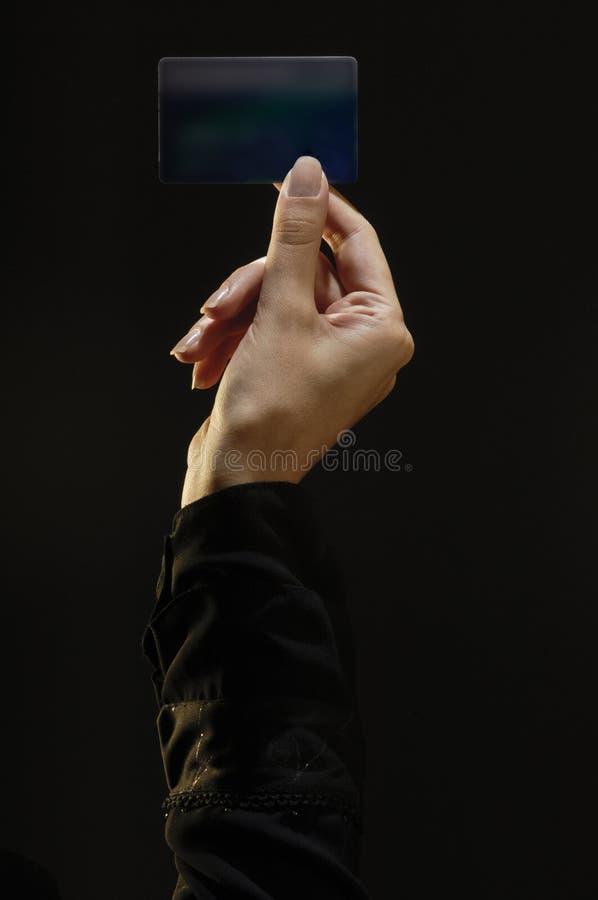 La main femelle tenant la carte de crédit, complètent allumé photo stock