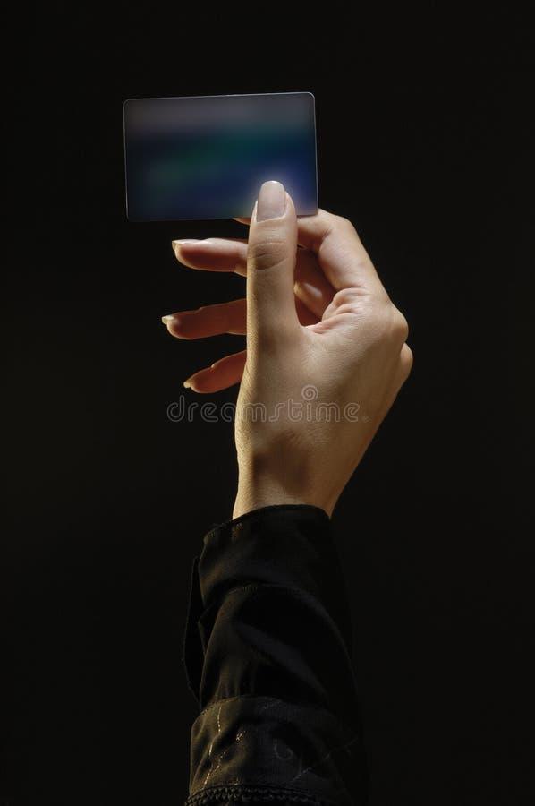 La main femelle tenant la carte de crédit, complètent allumé images libres de droits