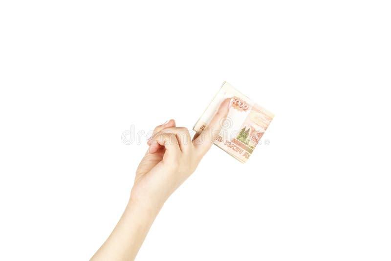La main femelle tient cinq mille roubles sur un fond blanc image stock