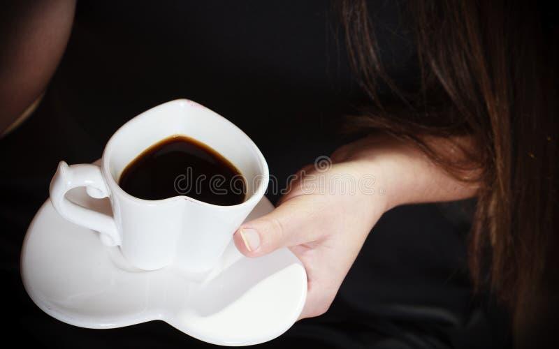 La main femelle tient la tasse de café photographie stock libre de droits