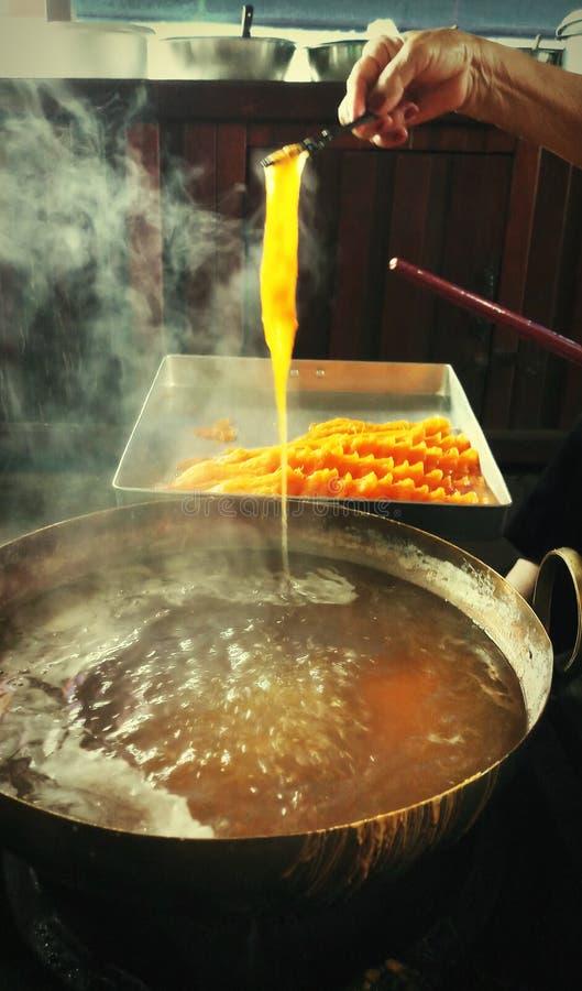 La main font du dessert, de la lanière de Foi ou d'or thaïlandaise traditionnelle photo stock