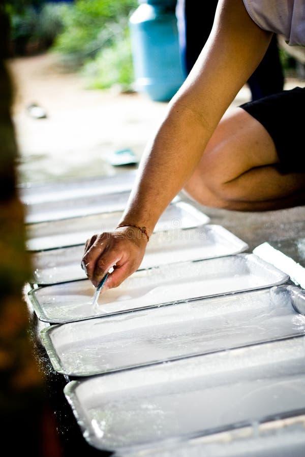 La main font l'eau de latex images libres de droits