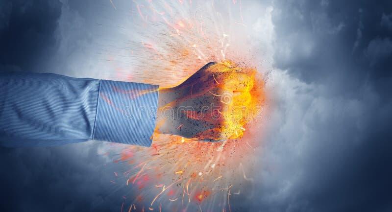 La main frappe intense et fait le feu images libres de droits