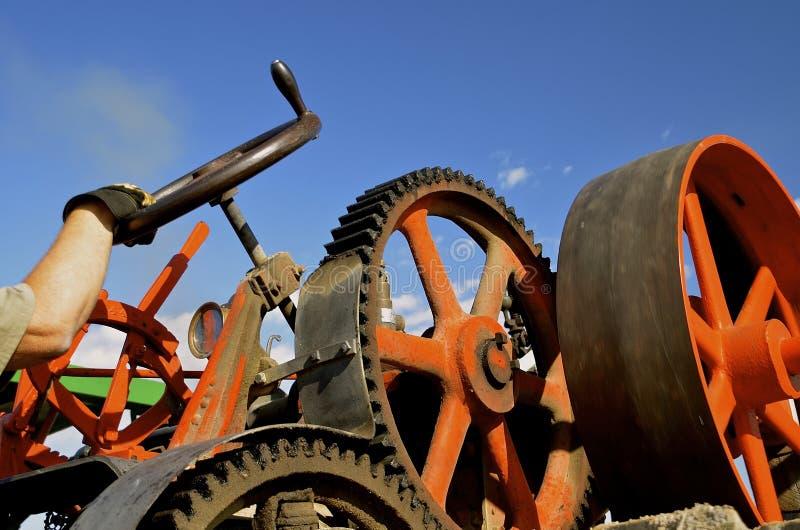 La main guide la machine à vapeur images stock