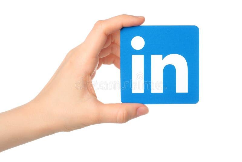 La main juge le signe de logo de Linkedin imprimé sur le papier sur le fond blanc photo libre de droits