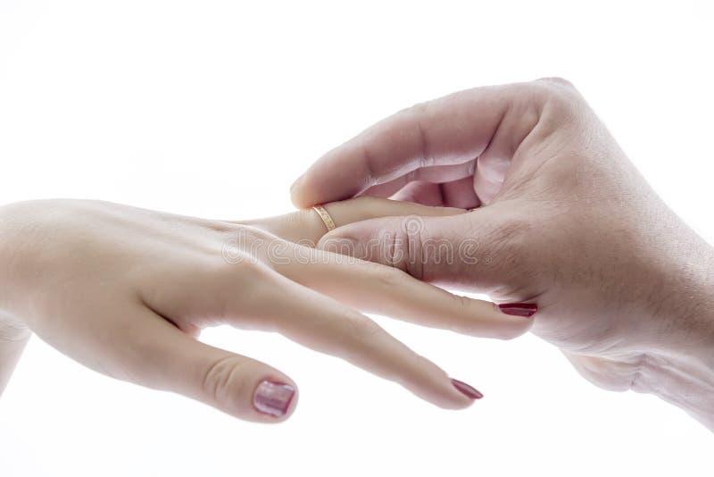 La main met l'anneau sur la main image stock