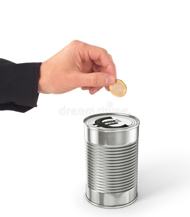 La main mettant la pièce de monnaie dans l'euro peut image stock