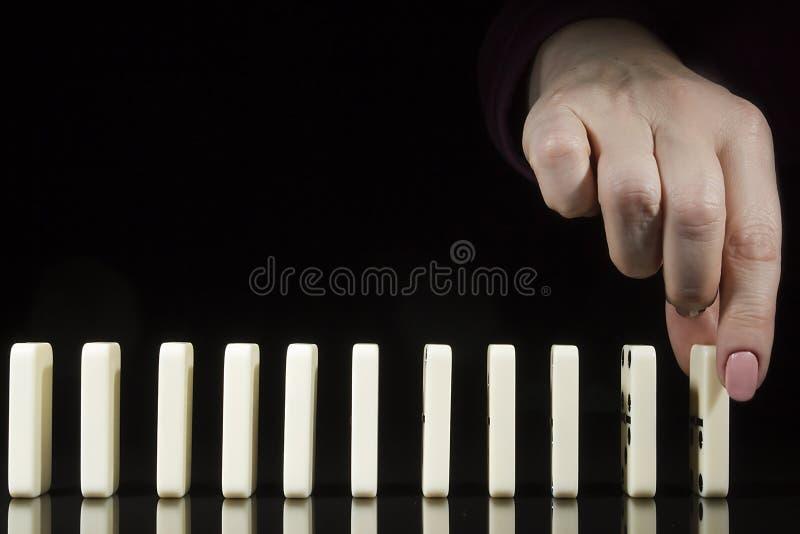 La main place les dominos image libre de droits