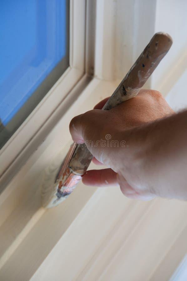 La main prudente de peintre de Chambre avec le balai images stock