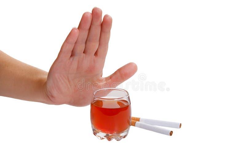 La main rejette la cigarette et l'alcool. Cessez de fumer a photographie stock libre de droits