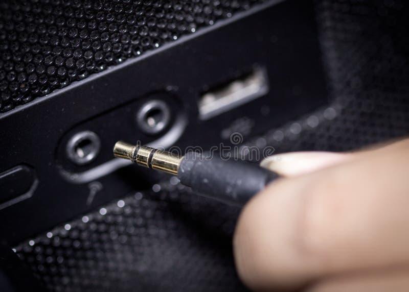 La main relie le câble aux crics images stock
