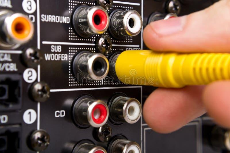 La main relie le câble aux crics de postérieur photos libres de droits