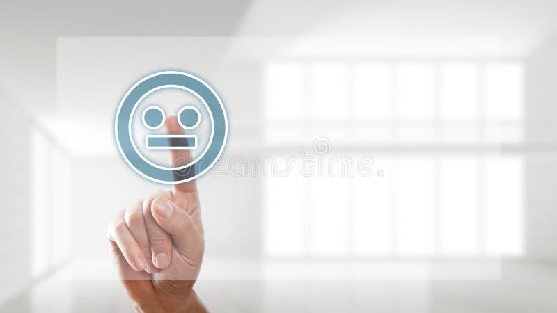 La main sélectionne un smiley indifférent d'humeur photos libres de droits