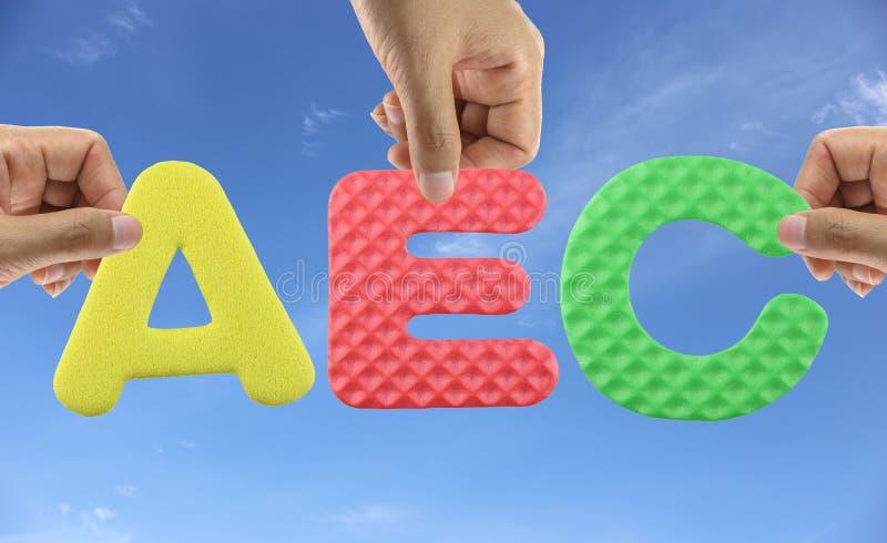 La main s'chargent de l'AEC d'alphabet de la communauté économique d'ASEAN d'acronymes images libres de droits
