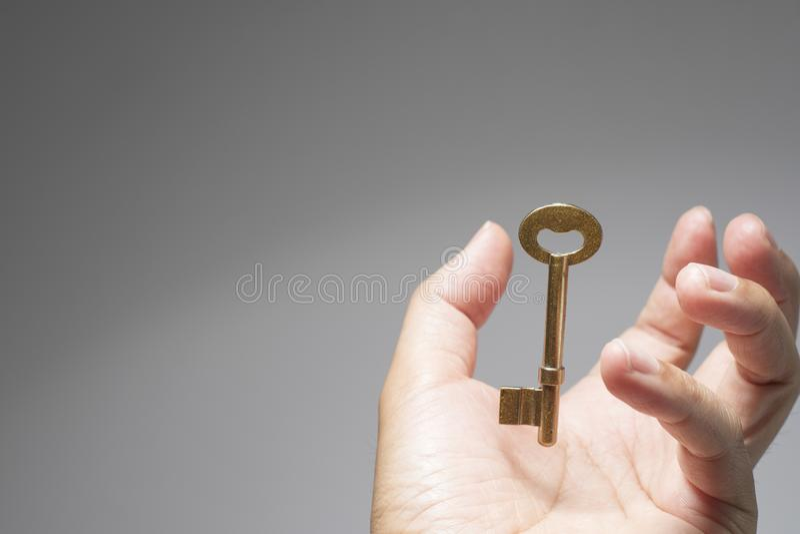 La main soutiennent la clé au succès photos stock