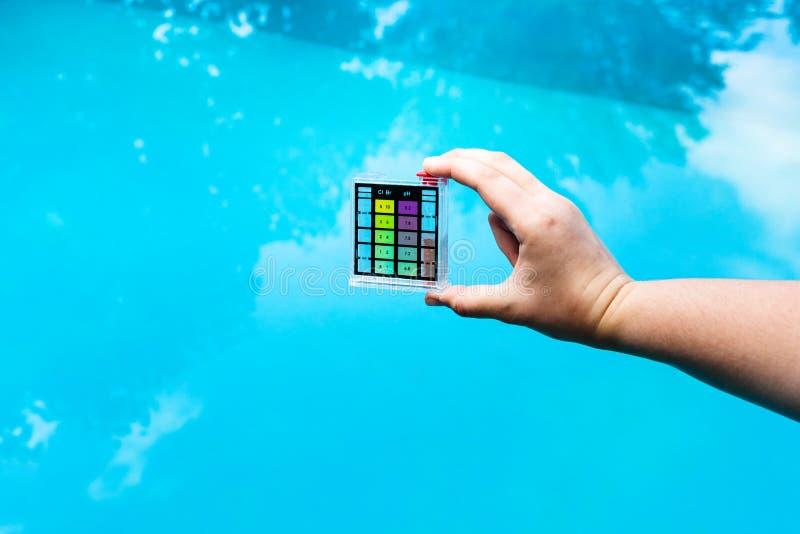 La main tient le compteur pH pour la mesure l'acidité image libre de droits