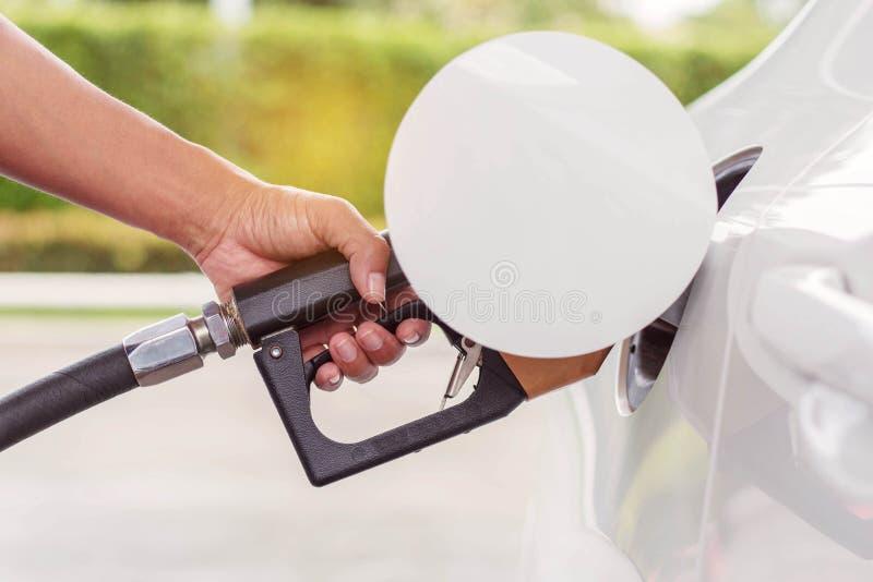 La main tient le réservoir de carburant photos stock