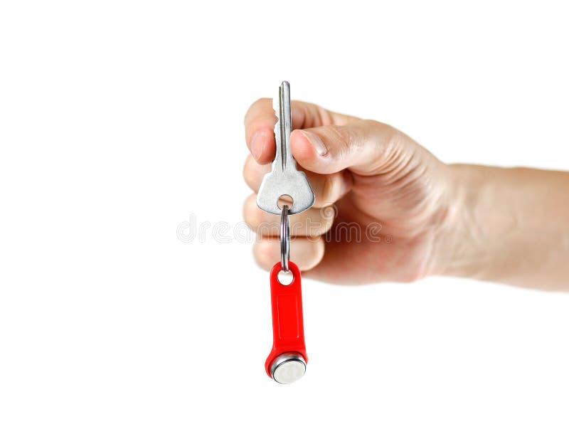 La main tient les clés sur l'appartement avec une puce Fin vers le haut Isolant images libres de droits