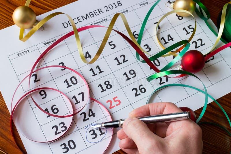 La main tient stylo des marques le 31 décembre photographie stock libre de droits