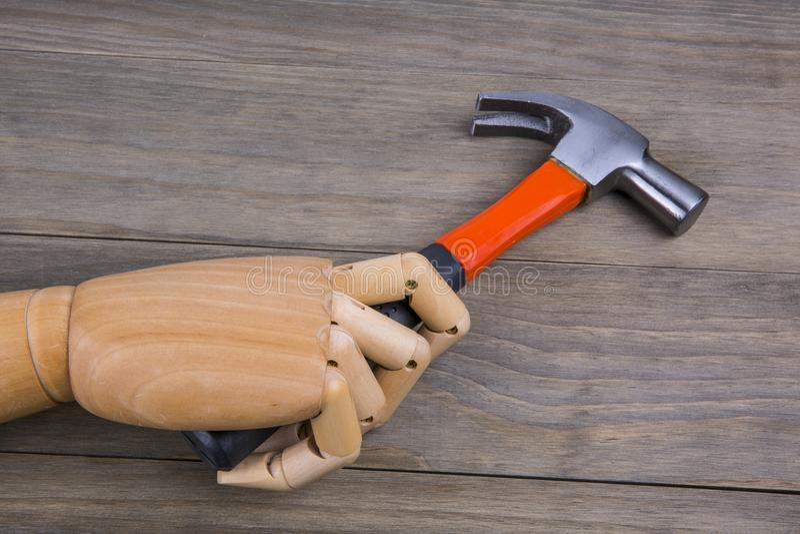 La main tient un marteau images libres de droits